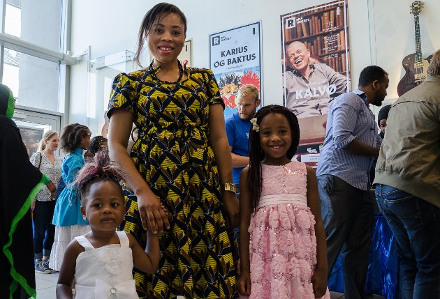Angel Ilunga(2)(F.V.) er med mamma Celina Bruma og storesøster Dorcas Ilunga(7) på folkefesten Multicultura fredag ettermiddag.