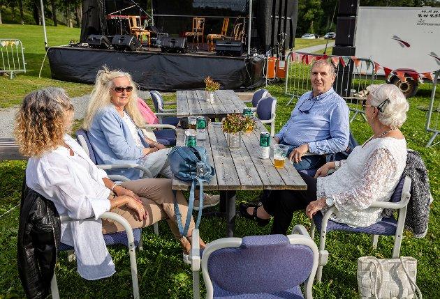 Eva og Ragnar Andersen er på plass i god tid og ser fram til god musikk og hygge på Sletta.