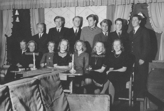 SAMMEN: Gruppebildet fra et juleselskap i 1944 hos presten Alf Hauge i Ottestad. Bjarne Norheim står bakerst til venstre.