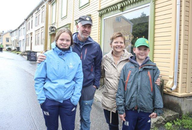 På runde en vanlig dag i Sjøgata i Mosjøen. Familien fra Dalsbygda koste seg lørdag. Fra venstre Maja (13), Petter, Birgit og Mikkel (11)