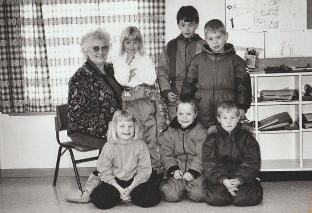 Det var seks elever i 1. klasse på Storfjord skole i 1993/94. Foran fra venstre: Gerd Elin Kristensen, Torstein Kornelius Olsen og Kent Arne Myrvang. Bak fra venstre: Klassestyrer Evy Nicolaisen, Alexandra Larsen, Vegard Larsen og Alexander Nilsen.