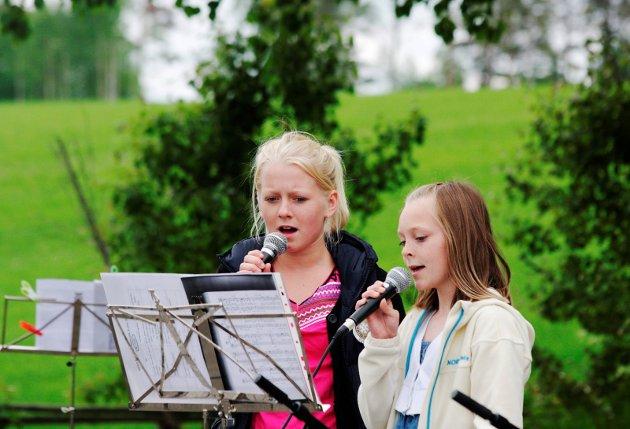 """VAKRE TONER: Elise Reiten Heen og Anna Oline Nygård sang """"I know him so well"""" fra musikalen Chess på konsert med kulturskolen i 2010."""