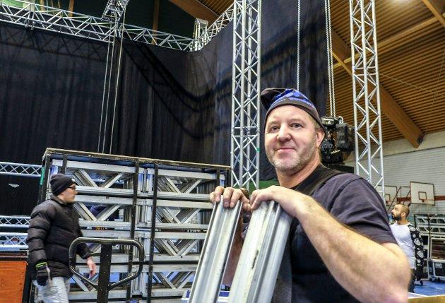 Scenen kommer fra Sundsvall og Per Johansson fra Ljud & Ljus control. Vi har med utstyr for minst åtte millioner sier han.