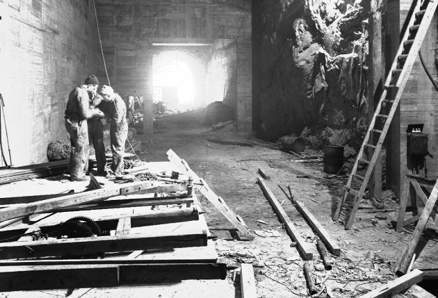 Bildet er fra byggingen av jernverket fra transformatorhallen, som er sprengt inn i selve fjellet.