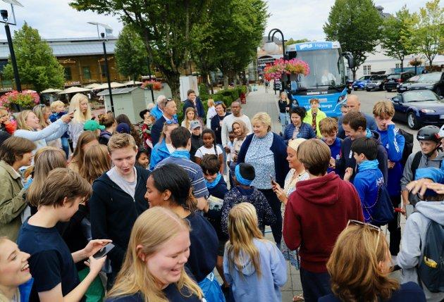 Statsminister Erna Solberg ble omringet da hun kom ut av bussen på Torvet i Asker.