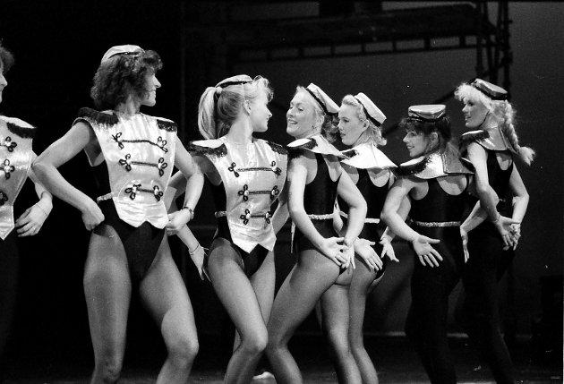 """29. oktober 1988: Sandefjord Teaterforenings revy-prosjekt """"Ta sats"""". Danserne Bodil Island Larsen, ( fra venstre ), Kathrine Stein Andersen, Nina Andersen, Anette Cecille Arentz og Ellen D,Schjeldrup."""