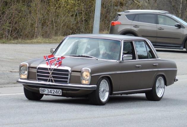 STERK OPPLEVELSE: Stein B. Pedersen kjørte med bilkortesjen gjennom Nord-Aurdal i en 1974 Mercedes w115. Det ble en stor opplevelse.