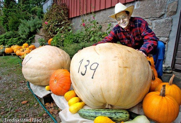 Arne Ulfeng med Norges største gresskar? Han er regjerende norgesmester og får vite om han får beholde tittelen i slutten av oktober, med sitt gresskar på hele 139 kilo. Foto: Geir A. Carlsson, 03.10.2006