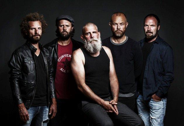 Bandet:Tommy Tokyo i midten med sine musikere (fra venstre) Fredrik Brarud, André Solli Helle, Even Juliussen og Knut-Øyvind Olsen.