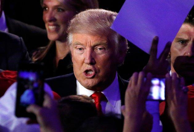 Donald Trump hilser sine supportere på valgnatten, omtrent samtidig med at en status som  «Avlys fremtiden. Kjøp billett til neste krig» ble skrevet her i Norge.