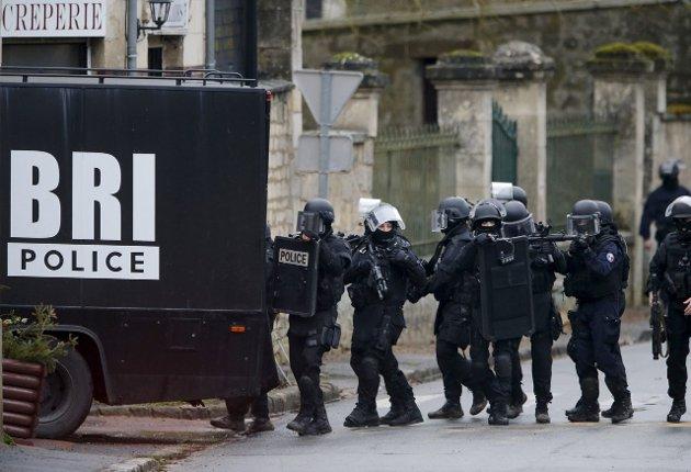 Dramatiske nyheter: Tungt bevæpnet fransk politi på terroristjakt. Et skremmende syn som barn jevnlig kan møte i   norske nyhetssendinger.  Arkivfoto: REUTERS/NTB scanpix