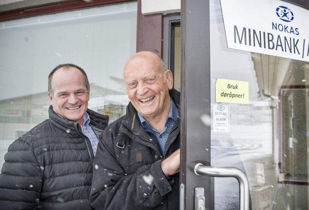 BANK-ÆRE: Nokas har åpnet minibank i Mo. – Nesten halvparten av befolkningen i kommunen sogner til Mo, nå får vi minibank som er åpent døgnet rundt, sier minibankforkjemper Ole Leiv Sandnes (til høyre). Han og Arnfinn Bråten (til venstre) i Nokas er svært fornøyd med den nye minibanken.