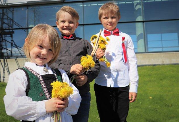 Lillea Ellingsen (4) brukte ventetiden til å plukke blomster, sammen med Mio (8) og Matheo (6) Ellingsen.
