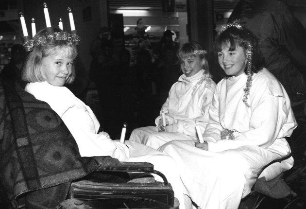 Hest og vogn, med disse Lucia-jentene i vognen. Bildet er fra Julegateåpningen i 1990.