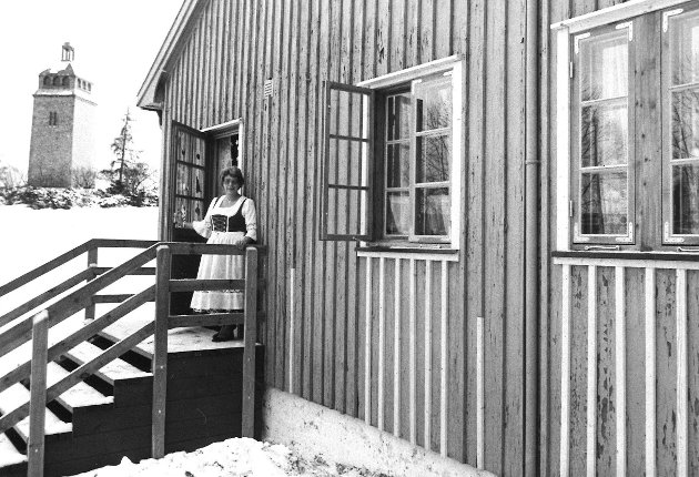 Her er Skarmyra barnehage etter utskifting av vinduer i 1981, med tante Sissel på trappa. Bildet ble tatt i desember, står det på baksiden av dette arkivfotografiet.
