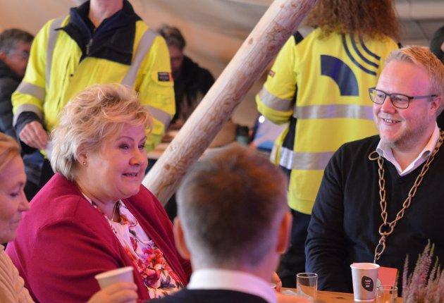 ÅPNING: Statsminister Erna Solberg til bords med Tolga-ordfører Bjørnar Tollan Jordet. Foto: Eirik Røe  Eirik Røe