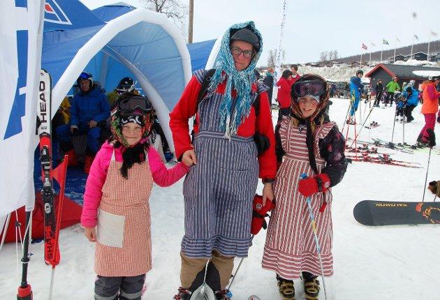 Disse morsomme jentene har gjort en tradisjon av å gå på ski til Blåkulla hver påske, kledd som gamle kjerringer. Mamma Elin forteller at hun har gått den ruta på ski siden hun var yngre enn døtrene hennes er i dag. F.v: Martha Sjøblom (7), Elin Sjøblom og Klara Sjøblom (10).