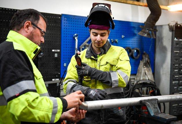 Per-Gunnar Isaksen hjelper lærlingen Patrick Isaksen Olsen.