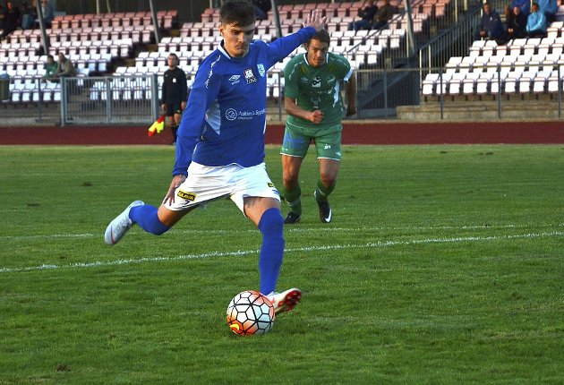 UTROLIG VIKTIG: Unggutten Joachim Glosli (19) scorer sitt andre mål for kvelden med en sikker straffe.