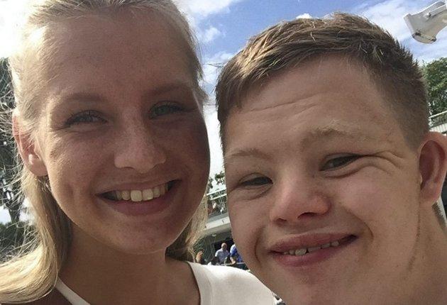 Malene Larsen Lussand og lillebror Mathias er født i Bergen, og oppvokst der og på Fitjar. I dette innlegget forteller Malene om livet med Mathias, som har Downs syndrom. Foto: PRIVAT