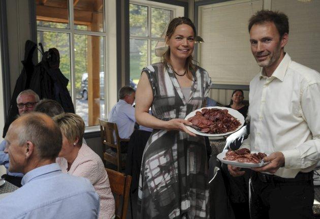 HEIDRUN: Anne Ragnhild Thomlevold Rønning og Lars Rønning i matbedriften Heidrun på Fåset, serverte spekemat, øl og akevitt til sine gjester.