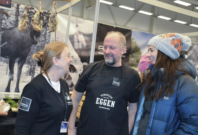 RØROSMAT: Lokalmatprodusentene Gunn Brønnum og Ola Eggen sammen med (t.h) daglig leder i Rørosmat, Kristin Bendixvold. Foto: Guri Jortveit