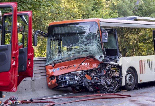 – Bussen har blitt en farligere arbeidsplass gjennom årene. I dag er det stort sett bare lakk, tynn plast og lettmetallprofiler som beskytter oss, skriver innleggsforfatteren og mener sikkerheten til bussjåfører må skjerpes. Foto: Eirik Hagesæter