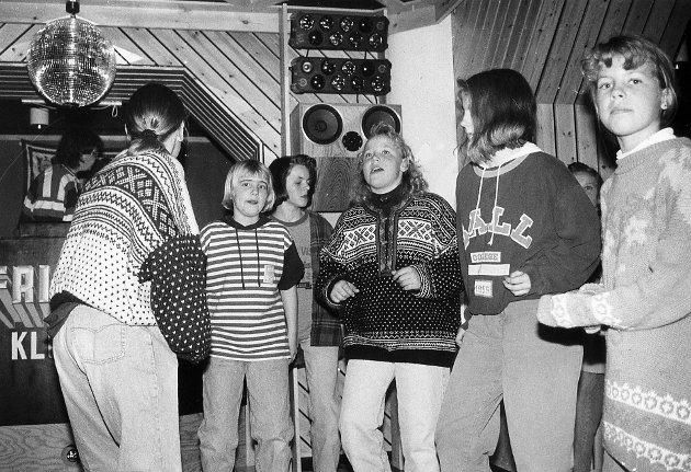 DISCO ALA '92: En nesten nyåpnet fritidsklubb i 1992, og disco med tidsriktige antrekk var allerede da vel etablert som en typisk fredagskveld på Pingvinen. Kjenner dere igjen noen på bildet?