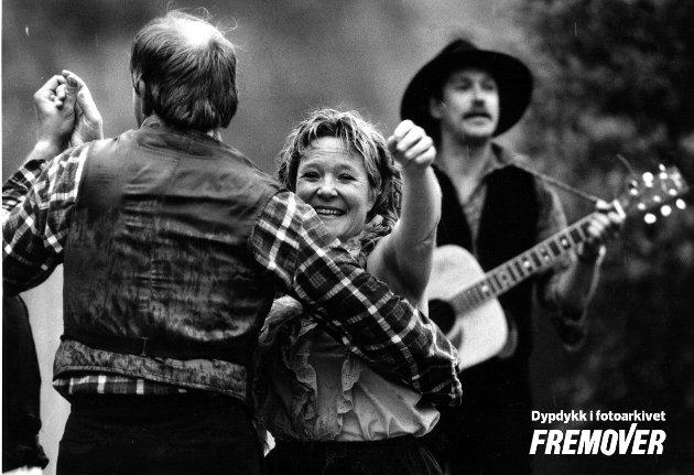 1989. Wigdis Aune Strømsnes svinger seg. Tor Arne Ramstad i bakgrunnen med gitar.