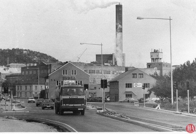Haldens første trafikklys sto klare utenfor tidligere Asbjørnsens handelskole. Det var et uvant syn i bybildet, og snart skulle også trafikklysene på Wiels plass monteres. *** Local Caption *** Publisert: 21. september 1981