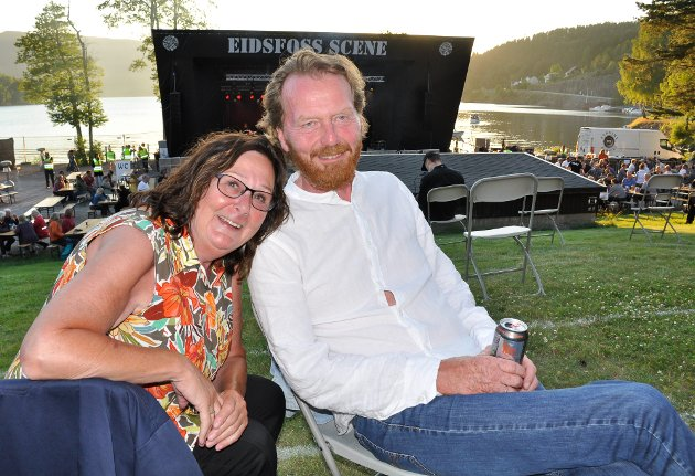 ALLTID PÅ PLASS: Lillan og Roger Thunberg har vært på alle Eidsfossfestivalene, og storkoste seg i godværet fredag kveld. – Du får det ikke bedre enn dette, konstaterte de i godværet.