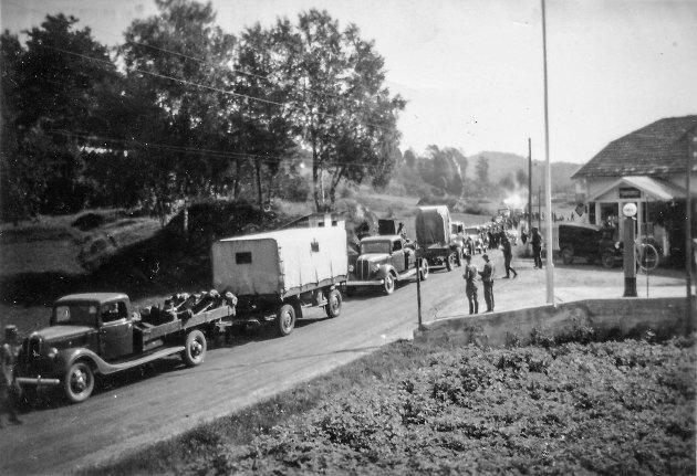 Sannidal under krigen. Tyskere gjør et stopp utenfor Haugtun Landhandel. Foto fra kalenderen til Sannidal Historielag 2020.