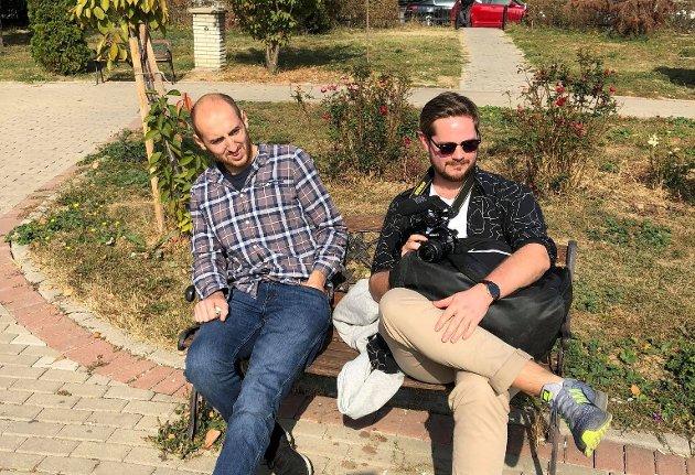 SLEKTSFORSKNING: KV-journalist Sondre Lindhagen Nilssen på reportasjetur i Kosovo med kollega Krister Kvinlaug, som nå jobber i Lyngdals Avis. Sistnevnte kan skryte på seg aner fra eksotiske Mexico. Det kan slettes ikke førstnevnte.