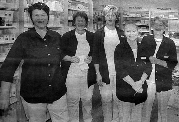 Apotekeier Inger Nysted Benjaminsen  solgte apoteket til Apotek 1. Salget ble markert med tur til Malta for alle  ansatte. Fra venstre: Reidun Wangsvik, Eva Johansen, Harrieth Rendal og Brit Ellingsen.
