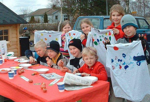 Håndverk: Potetbarna i 4 kl. på Kirkeng hedret poteten med potet-trykk på t-shirts i 2005.