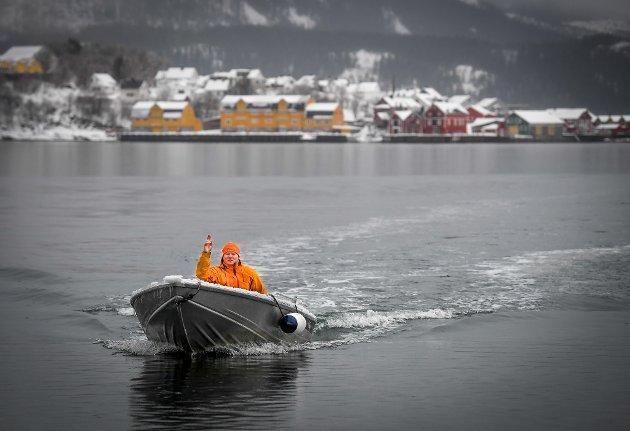Morten Henriksen bor alene på Hestneset rett over fjorden for Hemnesberget.