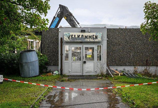 Rana kommune har startet rivingen av den gamle Båsmo ungdomsskole.