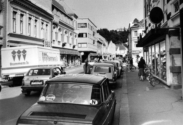 21. august 1979:  Sandefjord sentrum.  Kongensgt. sett østover. Albert Bøes forretning til høyre.  På motsatt side Avant med Tesalongen i annen etasje.
