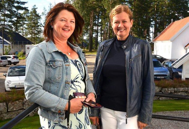 DEILIG: – Det er deilig med ekte livekonsert igjen, understreker Susan Stensrud (t.v.) og Kjersti Lintho, som var tidlig ute til konserten i Hærland kirke og som koste seg utenfor en stund før de gikk inn.