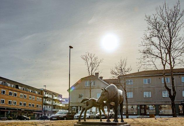 Planene om nybygg på sju etasjer på hjørnet av Moerveien/Skoleveien truer solforholdene i Ås sentrum, mener Gisle Bjørneby i Senterpartiet. Bildet er tatt 7. mars.