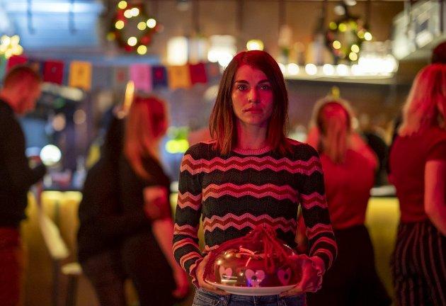 Johanne (Ida Elise Broch) har bakt hjertekake til et kjæresteemne, og der står hun, som en Julia Roberts i bokhandelen i «Notting hill»: Bare en jente som ber om å bli elsket. foto: Netflix