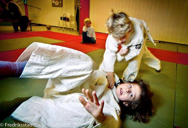 Kråkerøy Judoklubb har trening for barn i det gamle bomberommet i Løypeveien på Kråkerøy: Morten Aleksander Halvorsen gir Lars Helge Holst Kråktorp en luftetur. Foto: Kent Inge Olsen, FB 08.02.2006