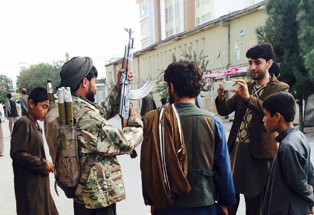 Taliban viser styrke når soldaten poserer for fotografen. Den traumatiserte gutten Henriette K. Sandven forteller om ble torturert og familiens hus ble brent av Taliban. Det er dette han ikke vil tilbake til.