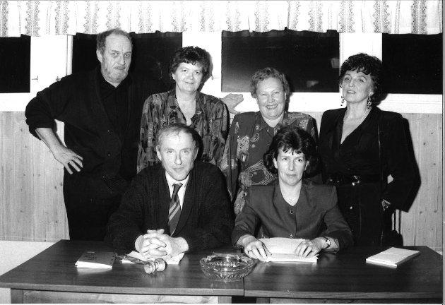 Politiske partier Lunner: Lunner Arbeiderparti 1993. Fra venstre bak: Martin Jensen, Turid Boren, Karen Hagen og Solveig Hval. Foran: Hans Gustav Bjørnli og Anne Fallang.