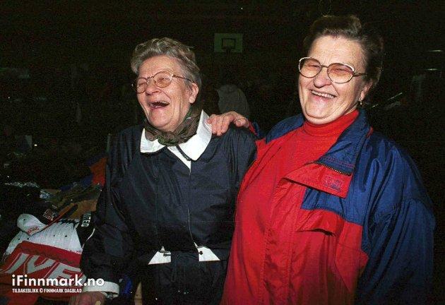 90-TALLET: Søstrene Emmy Amundsen fra Slotten og Hjørdis Andersen fra Snefjord på Havøysundmessa.