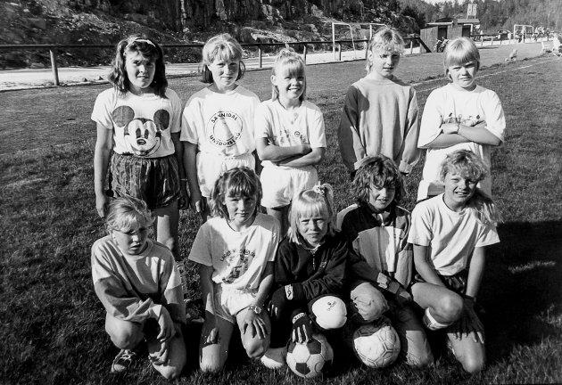 Fotball-jenter fra Sannidal sommeren 1990.