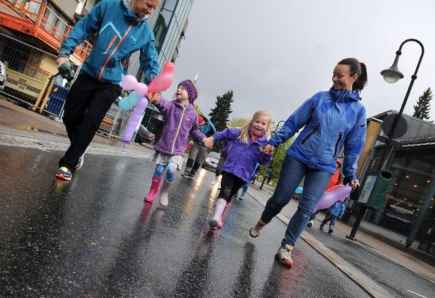 Blide: Thomas Realfsen, Tommine Sofie Realfsen (5), Elisabeth Garaas Gulli (5) og Tone Garaas Gulli masjerte gjennom byen sammen med KV-musikken.
