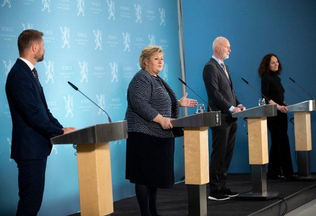 Statsminister Erna Solberg, helse- og omsorgsminister Bent Høie (t.v.), helsedirektør Bjørn Guldvog og FHI-direktør Camilla Stoltenberg presenterer gjenåpningsplanen under en pressekonferanse ved statsministerens kontor.