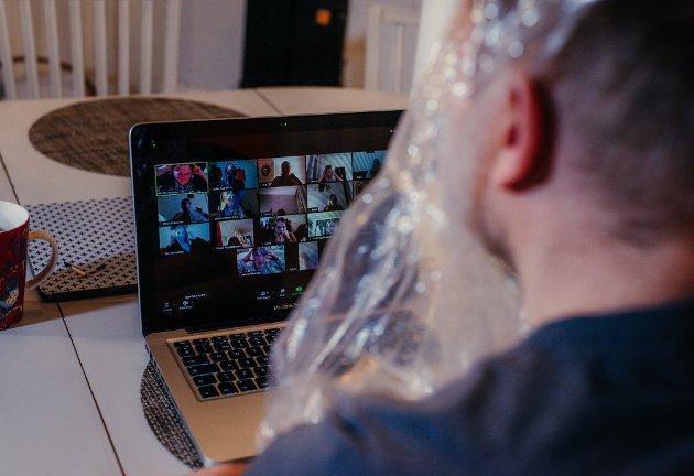 HELDIGITALT: Talking in the Rain er en heldigital forestilling som foregår på videomøtestedet Zoom, men som allikevel greier å ivareteta scenekunstens egenart ved å trekke det sanselige helt inn i stua til publikum. Foto: Jan Ahlstedt