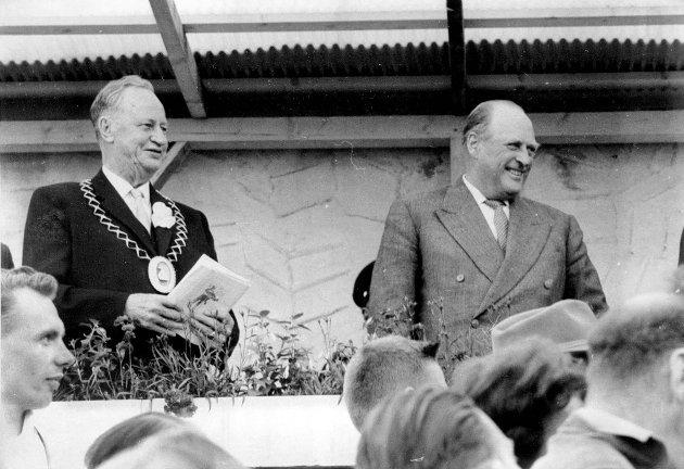 Her er Gjøvik-ordfører Niels Ødegaard sammen med kong Olav V under NM i Friidrett 1964. Ødegaard var, med unntak av NS-perioden under krigen, sammenhengende ordfører fra 1923 til 1967.